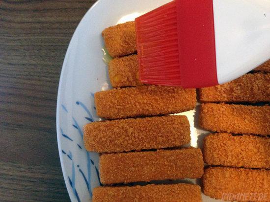 Airfryer Fischstäbchen mit Öl bepinseln