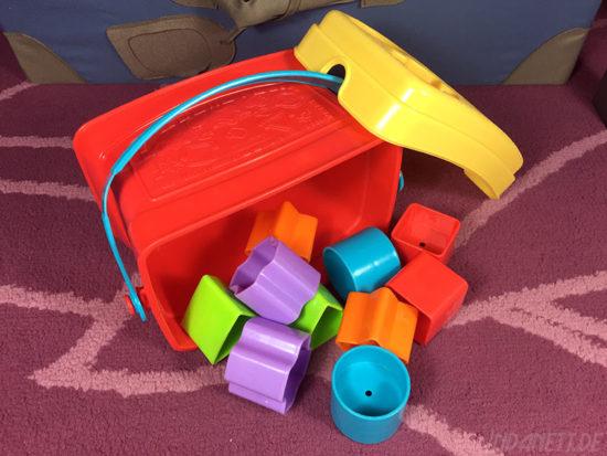 Mattel Fisher-Price K7167 Steckbox/Formensortierspiel mit Formen schräg